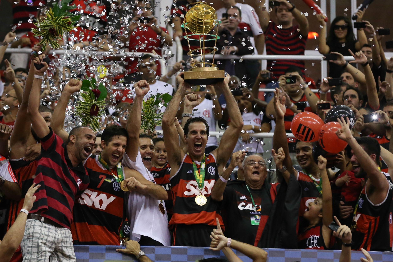 Flamengo com o troféu de campeão do NBB