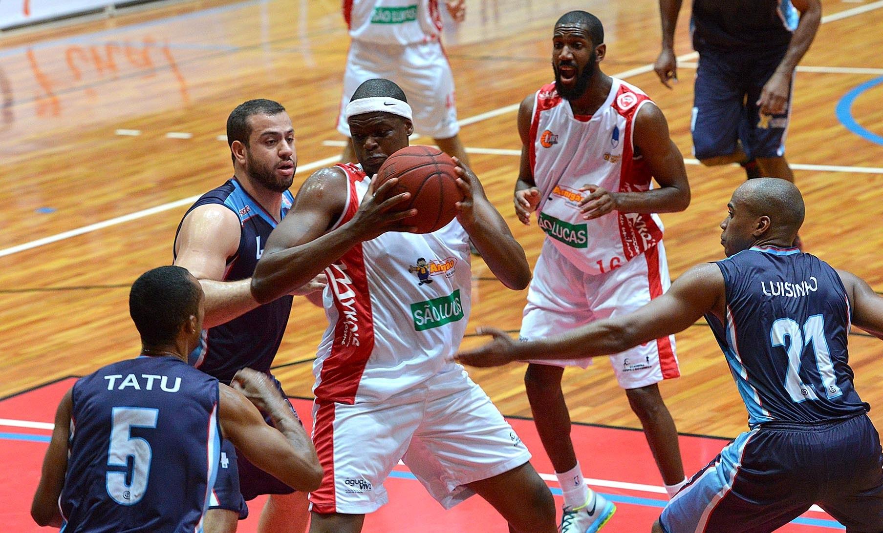 Um dos destaques do duelo, pivô Eric Soares deixou a quadra com 15 pontos (João Pires/LNB)