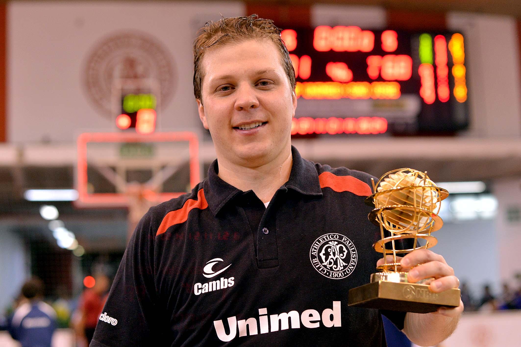Gustavo De Conti, do Paulistano, com o Troféu Ary Vidal de Melhor Técnico do NBB6