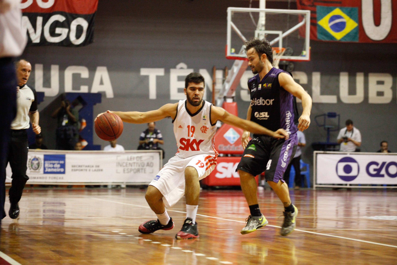 Gegê, do Flamengo, e Gustavinho, do Mogi (Gilvan de Souza/Flamengo)