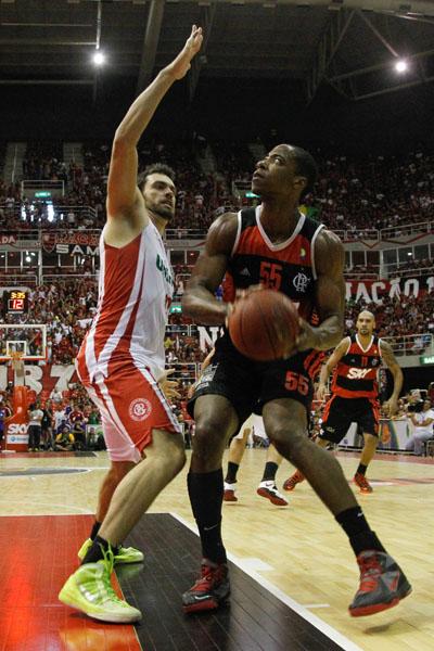 Labbate, do Paulistano, e Meyinsse, do Flamengo (Ricardo Ramos/LNB)