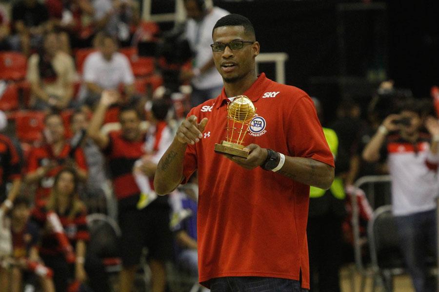 Shamell, do Pinheiros, recebe o troféu de cestinha do NBB6 durante o intervalo da partida (Ricardo Ramos/LNB)