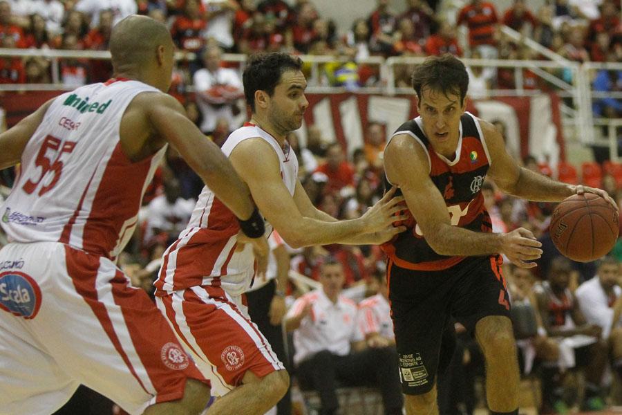 César e André, do Paulistano, e Marcelinho, do Flamengo (Ricardo Ramos/LNB)
