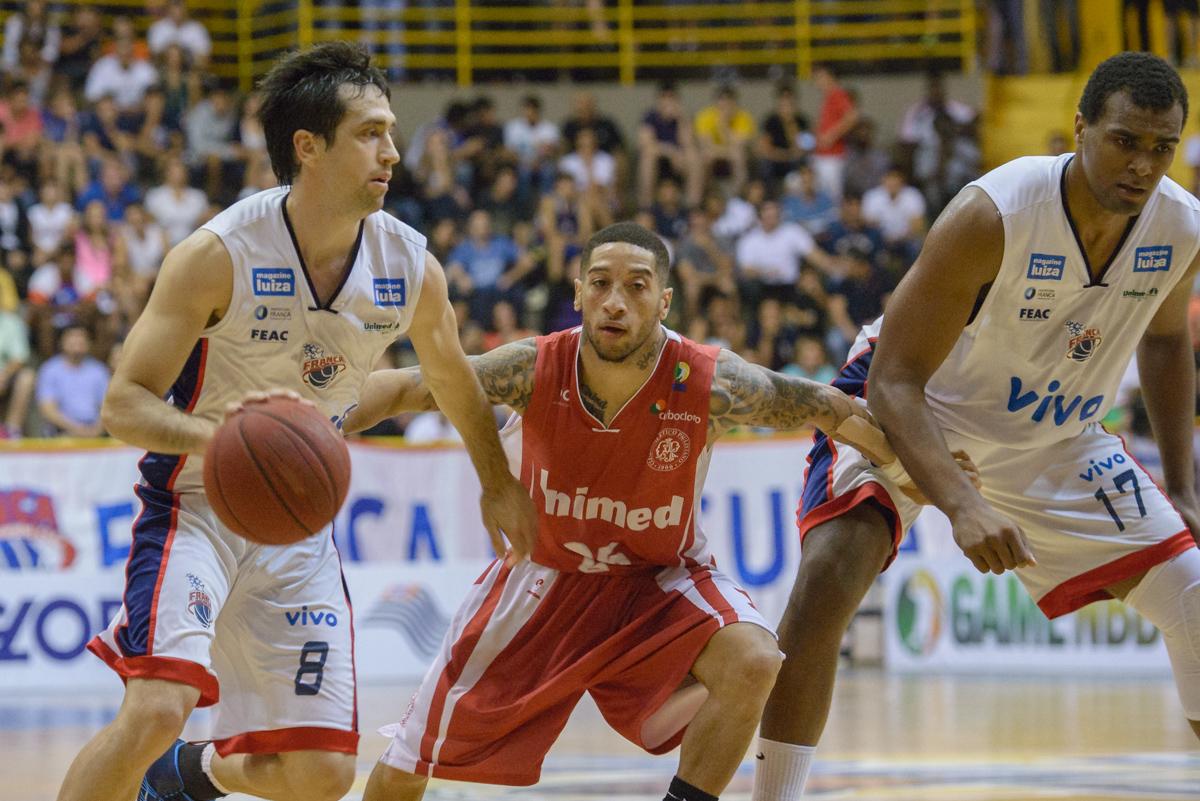 Figueroa e Lucas Mariano, do Franca, e Dawkins, do Paulistano