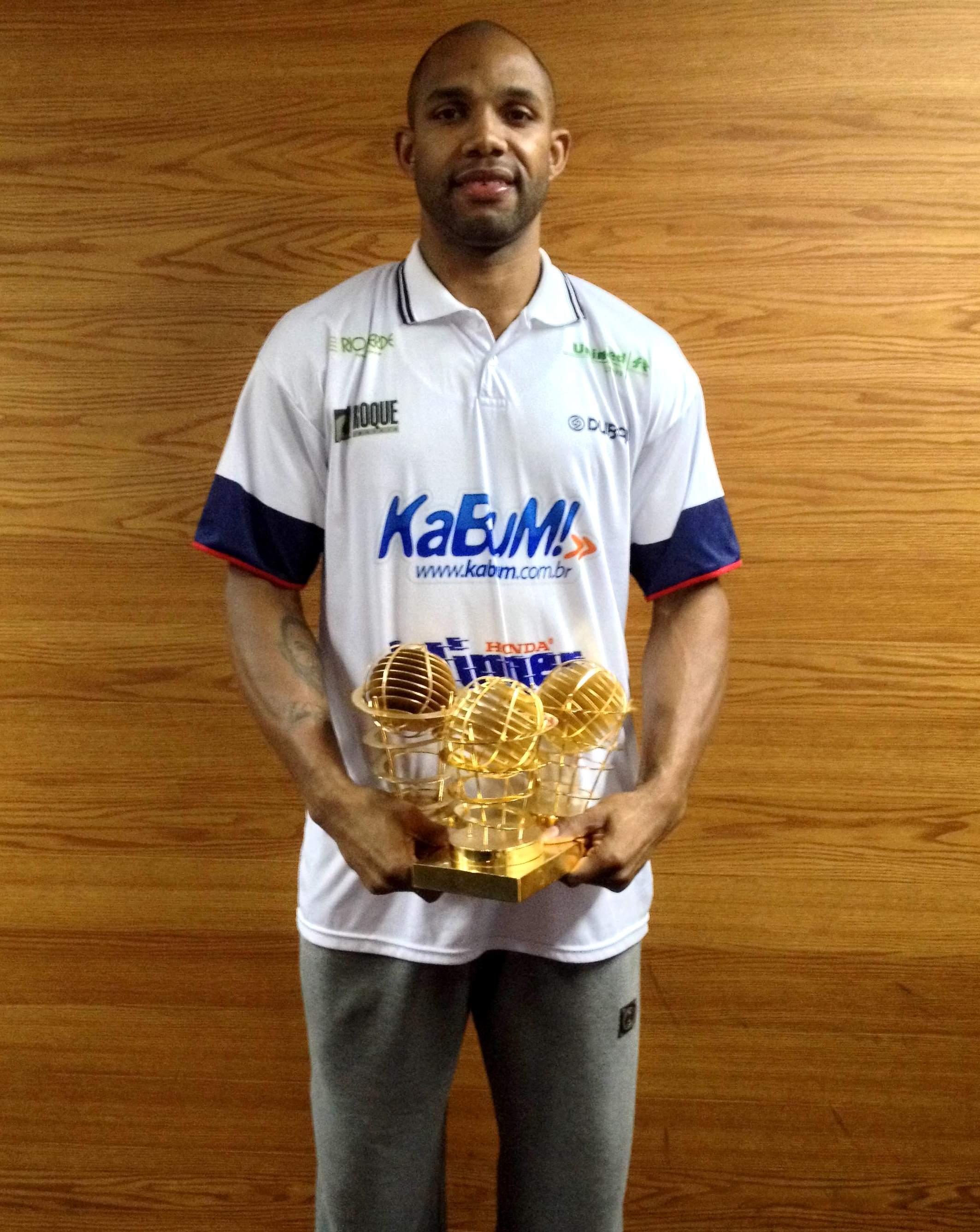 Mão cheia: Jackson faturou três troféus individuais no NBB 2013/2014 (LNB/Divulgação)