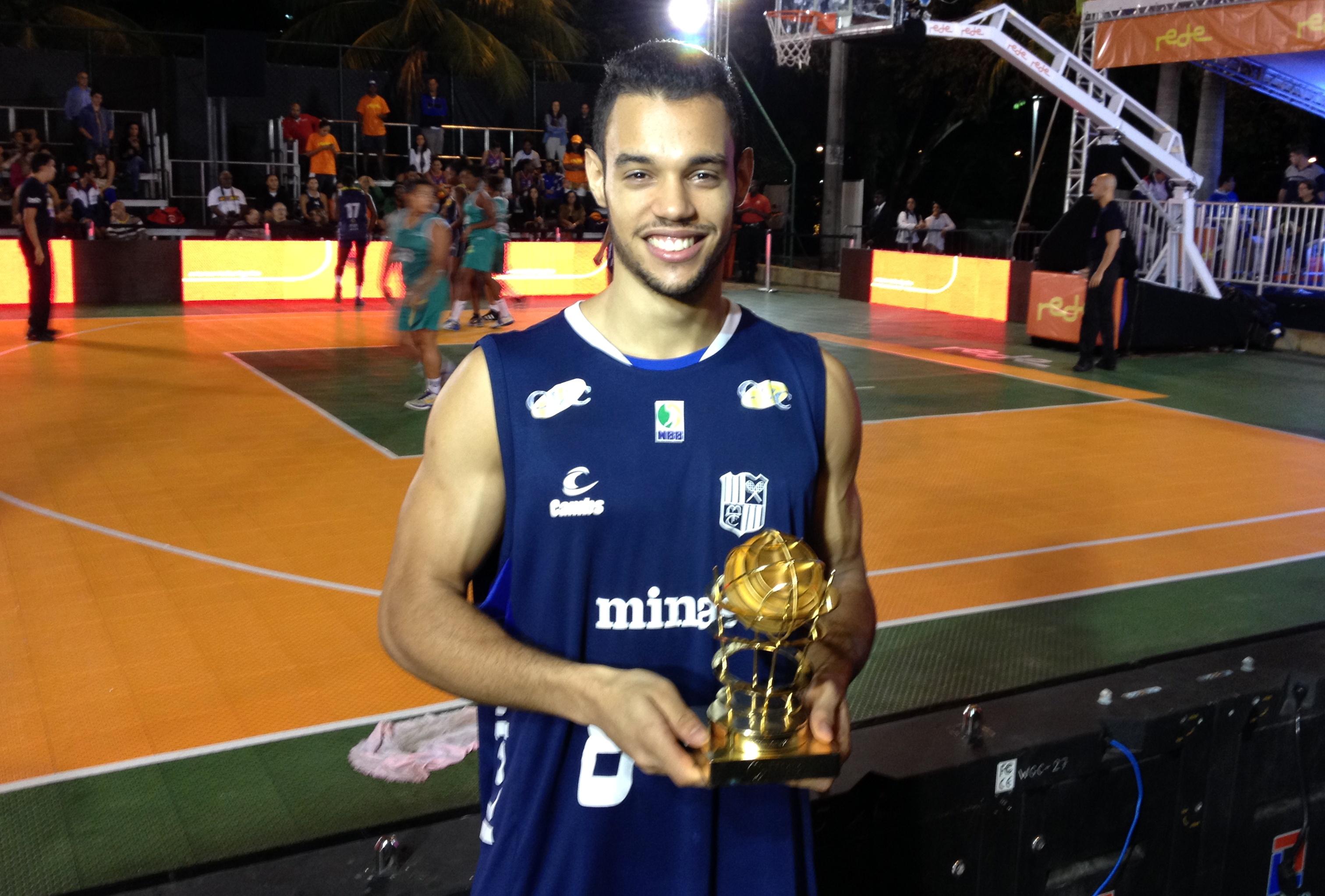 Durante o Desafio das Ligas 3x3, Coelho, de 21 anos, recebeu o troféu de Destaque Jovem do NBB6 (Divulgação/LNB)