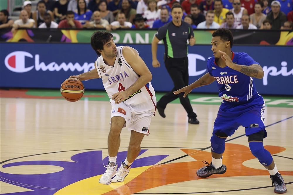 Brasil está empatado com Sérvia, do armador Teodosic (esq.) e França, de Edwin Jackson (dir.) (FIBA/Divulgação)