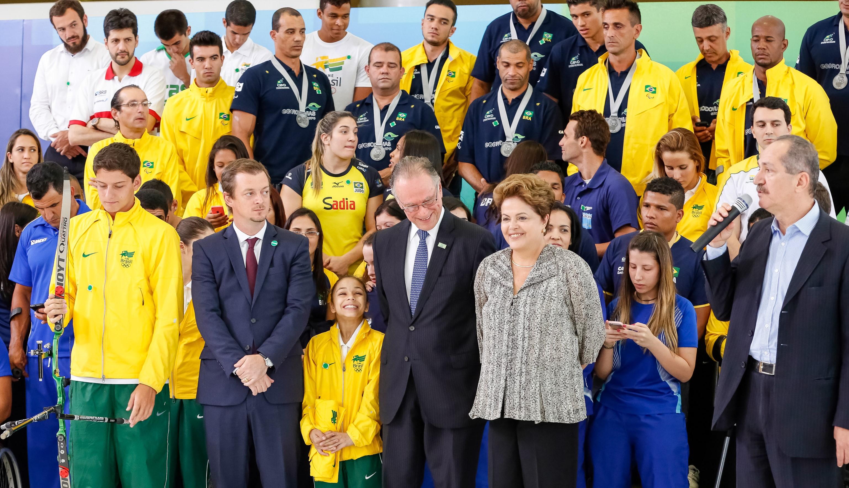 Giovannoni (ao fundo) foi um dos homenageados pela presidenta Dilma nesta sexta-feira (Paulino Menezes/Divulgação Ministério do Esporte)