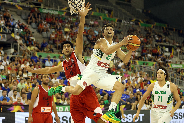 O Brasil, do jovem armador Raulzinho, dominou o Egito e venceu por incríveis 63 pontos de diferença (Gaspar Nóbrega/Inovafoto)
