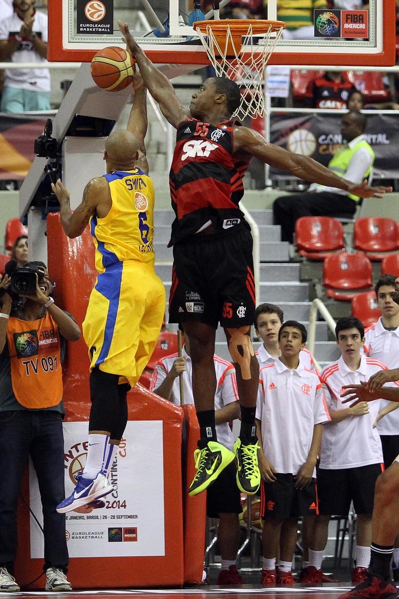 Devin Smith, do Maccabi, e Meyinsse, do Flamengo