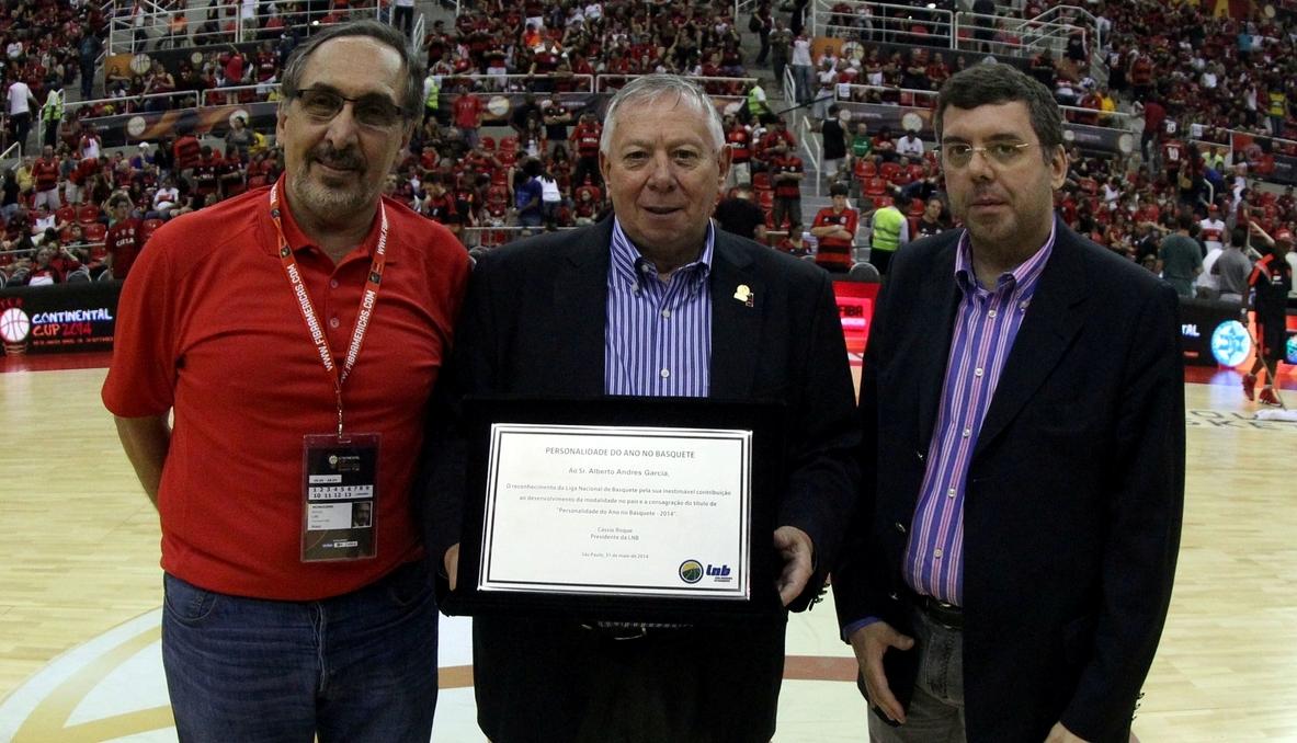 Alberto Garcia recebeu o prêmio das mãos do Diretor Institucional e ex-presidente da LNB, Kouros Monadjemi, e do Secretário Nacional de Esportes de Alto Rendimento, Ricardo Leyser, dono do prêmio do ano passado (Gaspar Nóbrega/FIBA Américas)