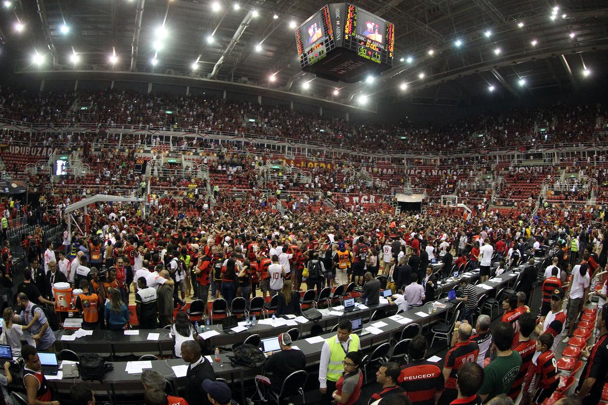 Quadra da HSBC Arena foi tomada por torcedores rubro-negros ao final da histórica da partida do título (Gaspar Nóbrega/FIBA Américas)