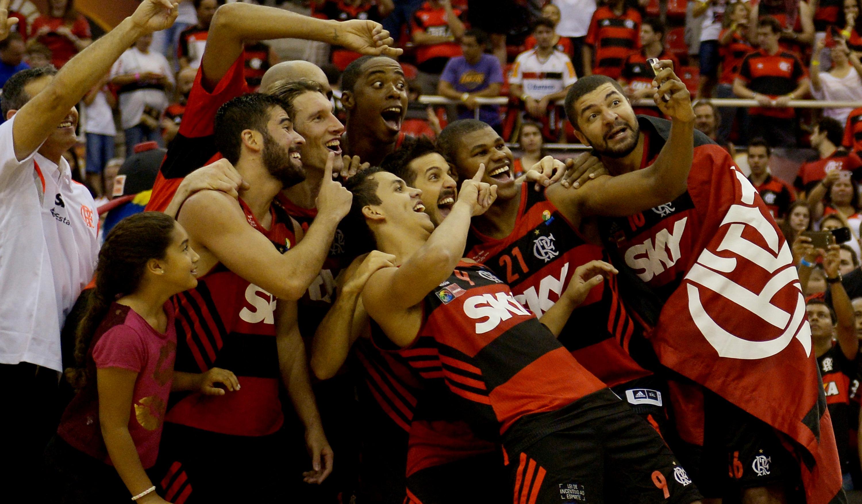 Selfie do título: jogadores do Flamengo fizeram muita festa com o título mundial (Gaspar Nóbrega/FIBA AM)