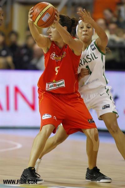 O duelo entre as experientes armadoras Laia Palau (ESP) e Adrianinha (BRA) se repetirá na primeira fase do Mundial da Turquia (Elio Castoria/FIBA)