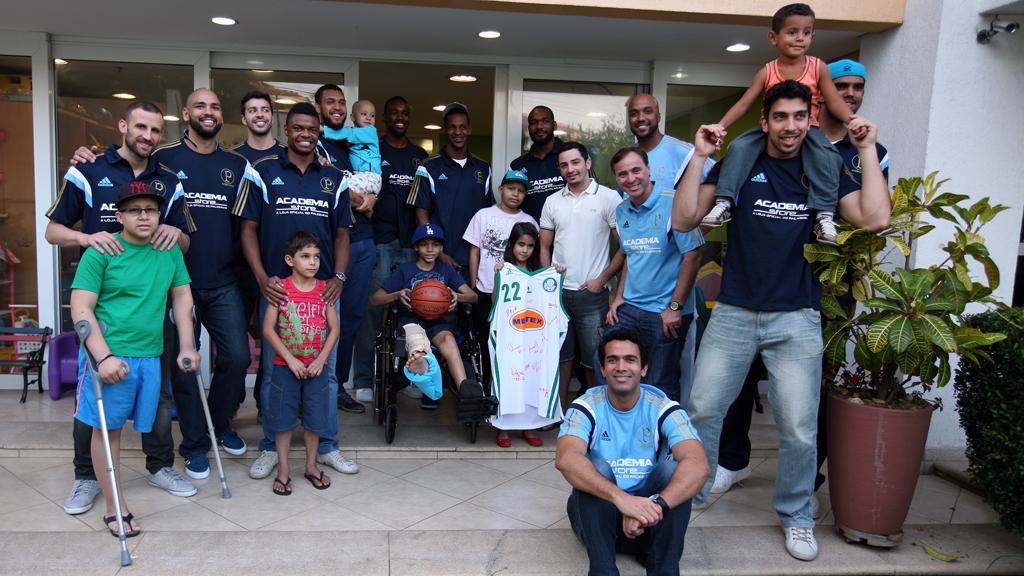 Jogadores e técnico do Palmeiras com crianças e funcionárias da Casa Ronald McDonald