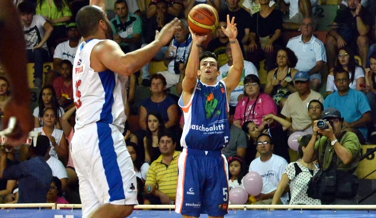 Com a mão quente nas bolas de 3, Fischer teve boa participação na vitória bauruense (Marcelo Figueras/FIBA Américas)