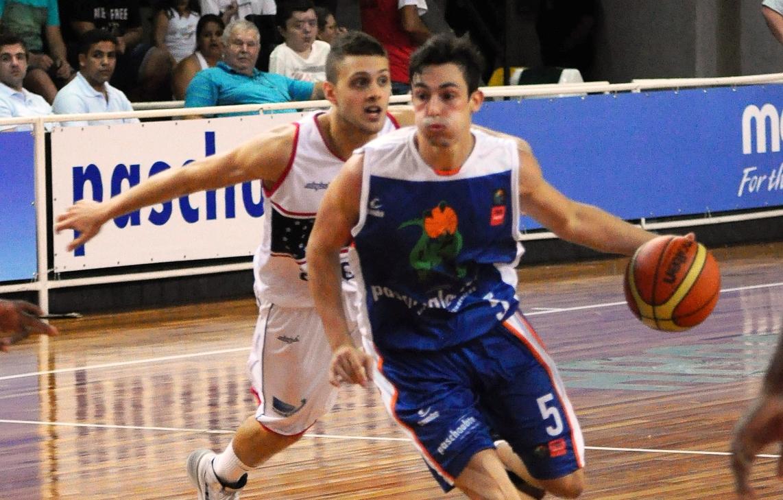 O Bauru, de Ricardo Fischer, pode perder para o Brasília por até 23 pontos que ainda estará classificado (Marcelo Figueras/FIBA Américas)