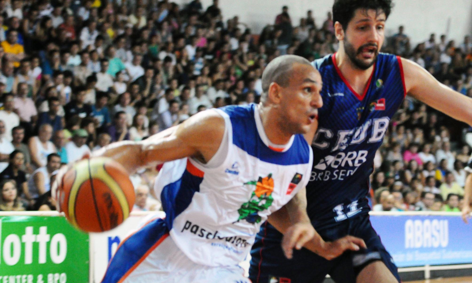 Bauru, de Alex, e Brasília, de Giovannoni, estão classificados à segunda fase da Liga Sul-Americana (Marcelo Figueras/FIBA Américas)