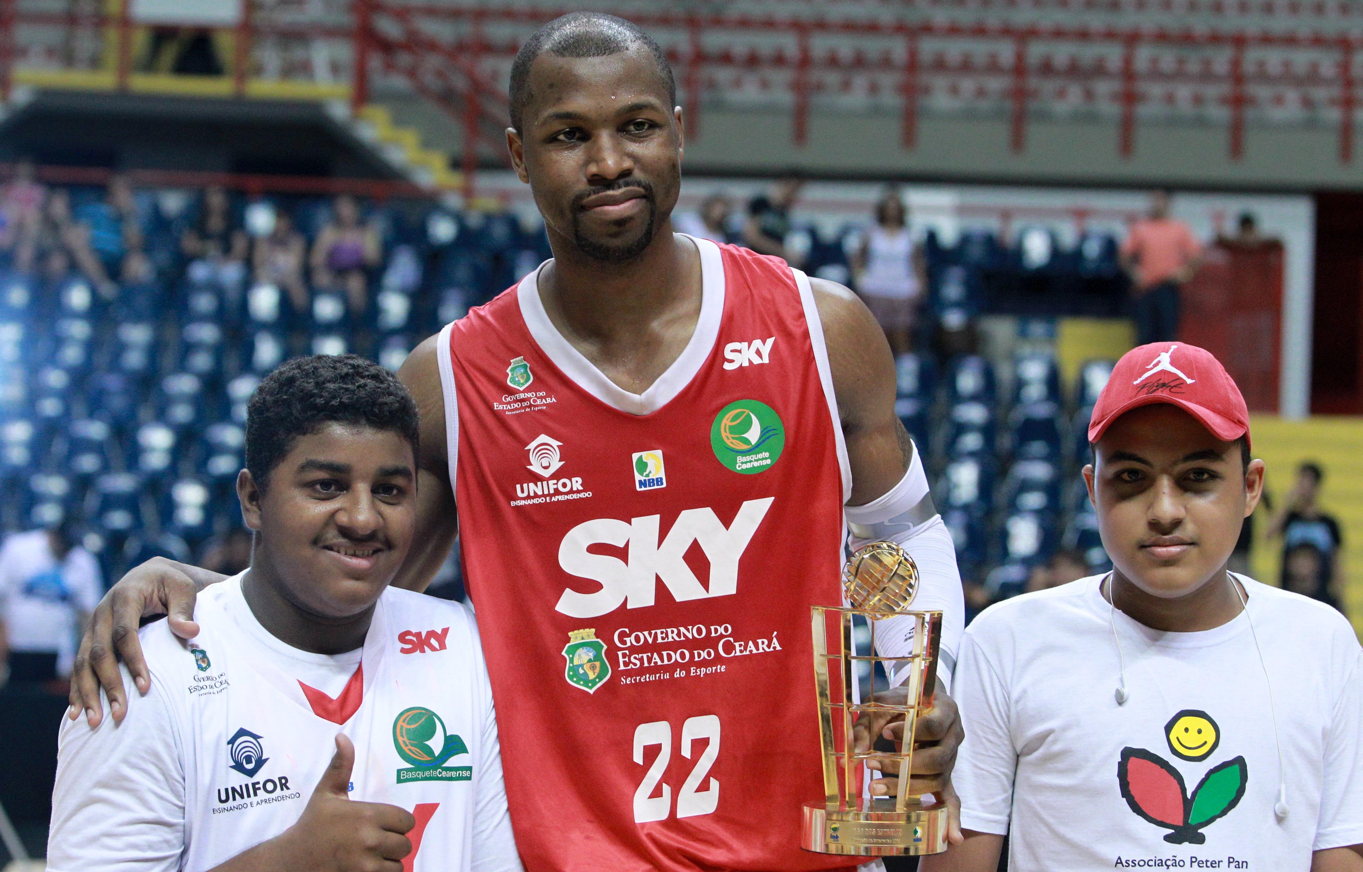 Explosão física e criatividade: DeVon ficou com o troféu de campeão do último Torneio de Enterradas do NBB (Luiz Pires/LNB)