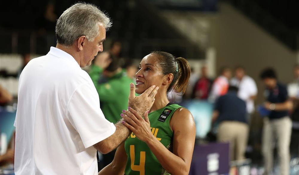 A armadora Adrianinha era a jogadora mais velha do elenco do Brasil e a segunda mais experiente de todo o Mundial. Para a competição, o técnico Zanon a nomeu capitã da equipe (FIBA/Divulgação)