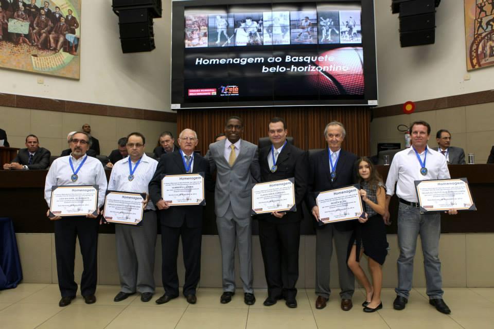 Alguns dos homenageados com o vereador Pelé do Vôlei; Kouros Monadjemi é o primeiro à esquerda (Gabinete vereador Pelé do Vôlei e Eduardo Profeta - CMBH)