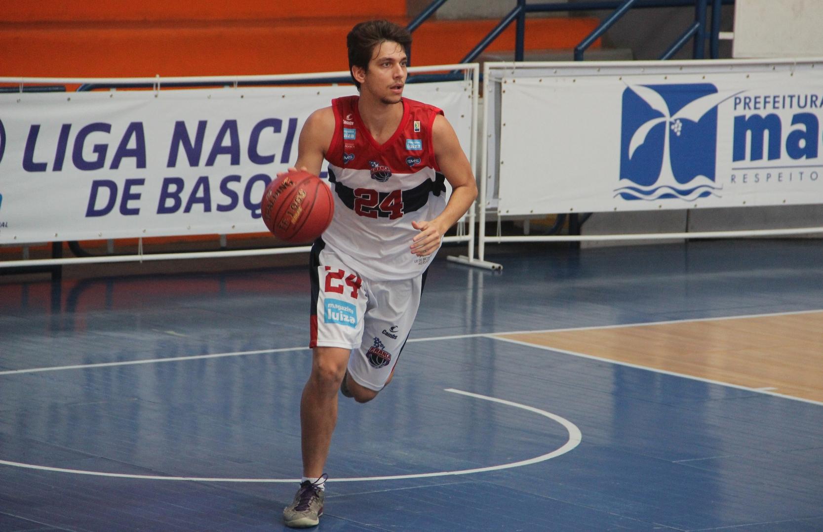 Com grande atuação do armador Gustavo, o Franca venceu o Tijuca e chegou a sua nona vitória na LDB 2014 (Weverthon Manhães/LNB)
