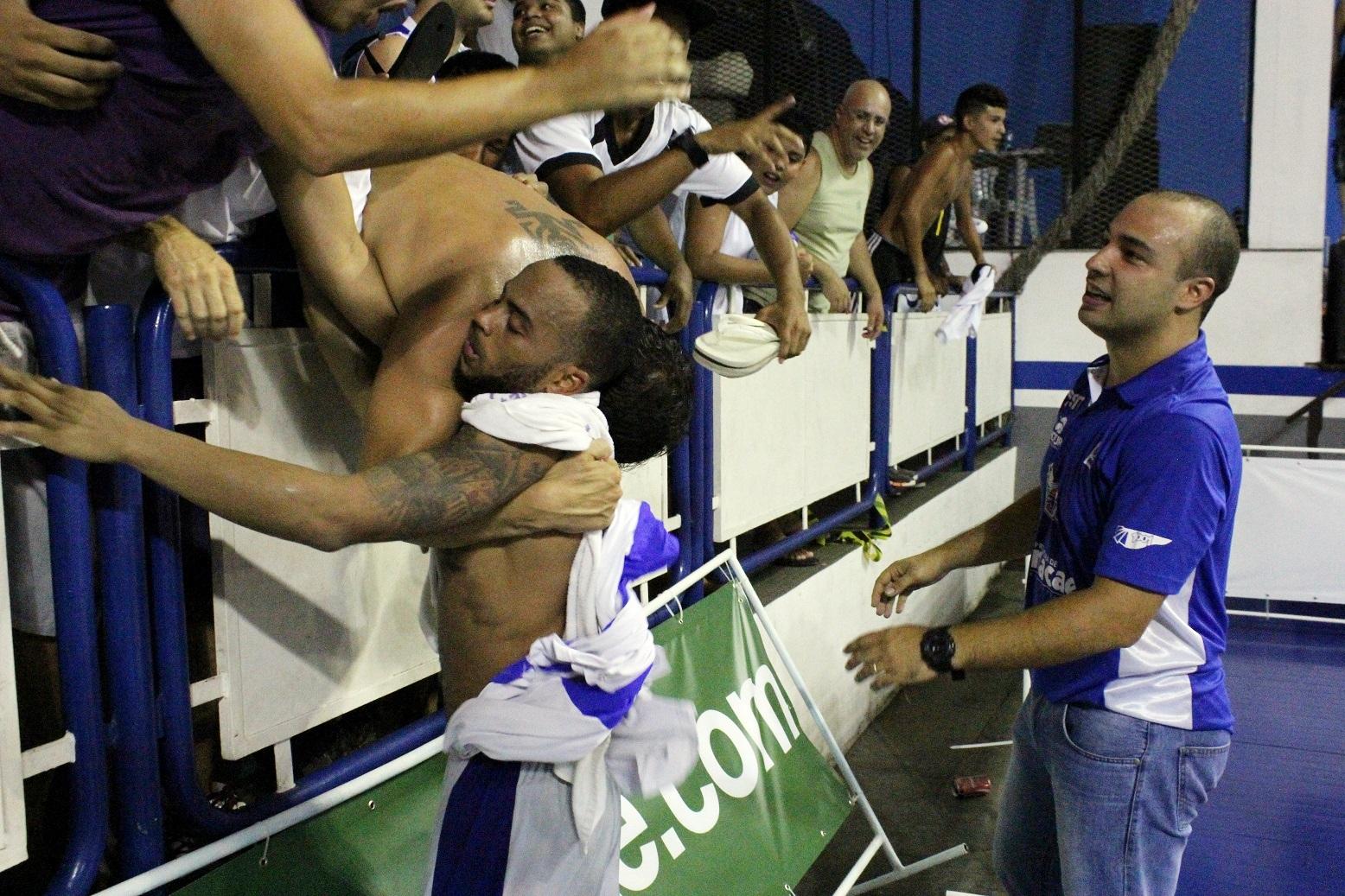 Jamaal sendo abraçado por torcedor do Macaé - Copia