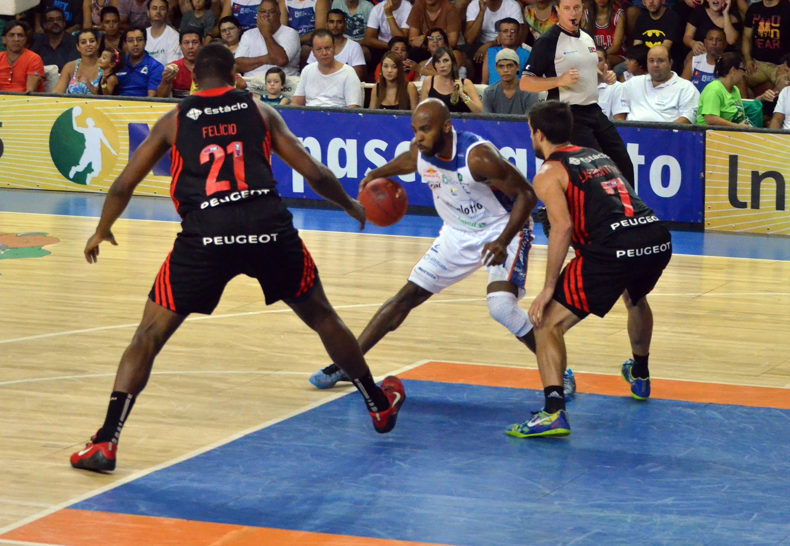 Larry Taylor, do Bauru, e Laprovittola, do Flamengo (Henrique Costa/Bauru Basket)