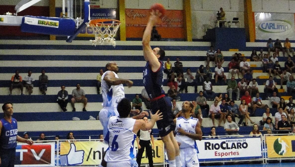 Cipolini foi o cestinha do jogo e cravou sua maior pontuação no NBB 7 (Ricardo Prado/Divulgação)