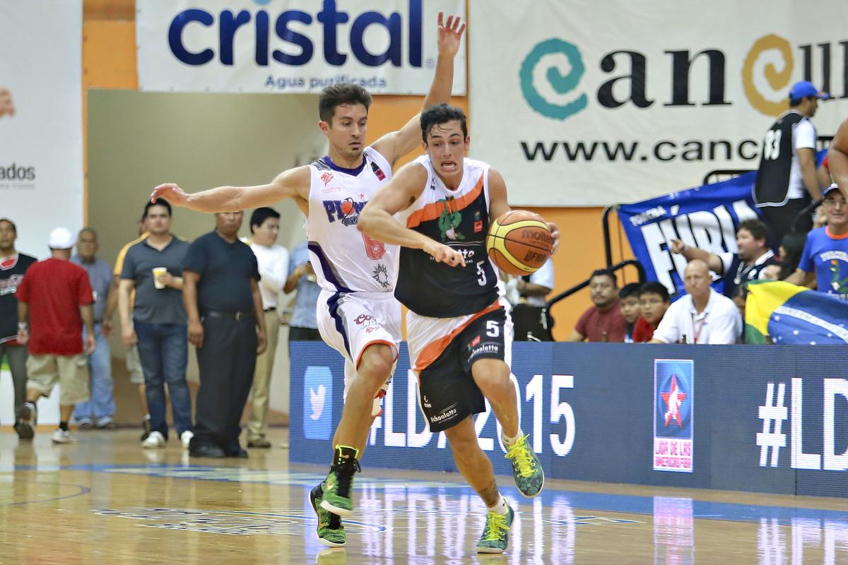 Bauru, do inspirado armador Ricardo Fischer, bateu o Pioneros garantiu a liderança do Grupo E (Etzel Espinosa/FIBA Américas)