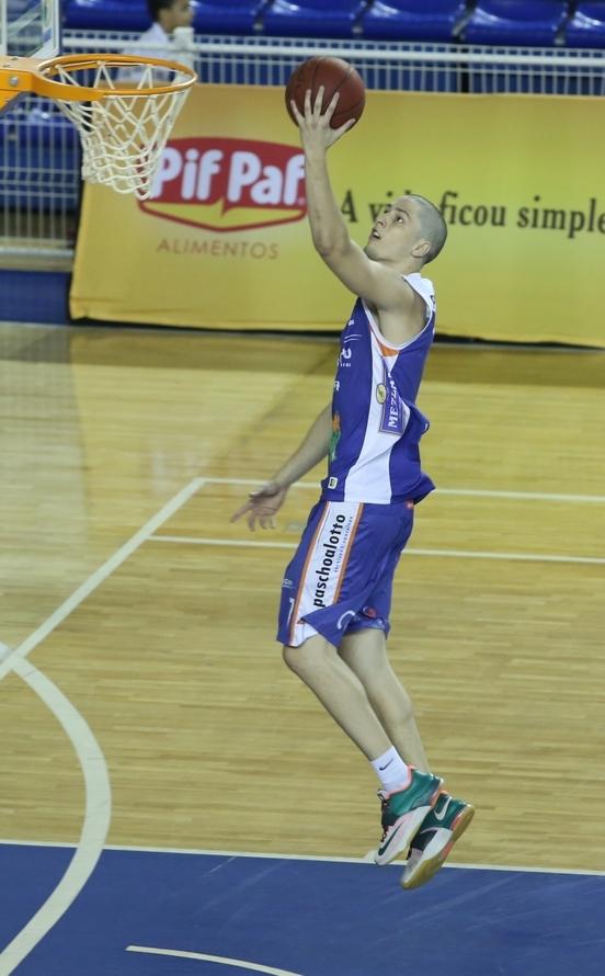 Com 21 pontos e 13 rebotes, Gabriel foi um dos destaques do Bauru na 1ª vitória em BH (Orlando Bento/LNB)