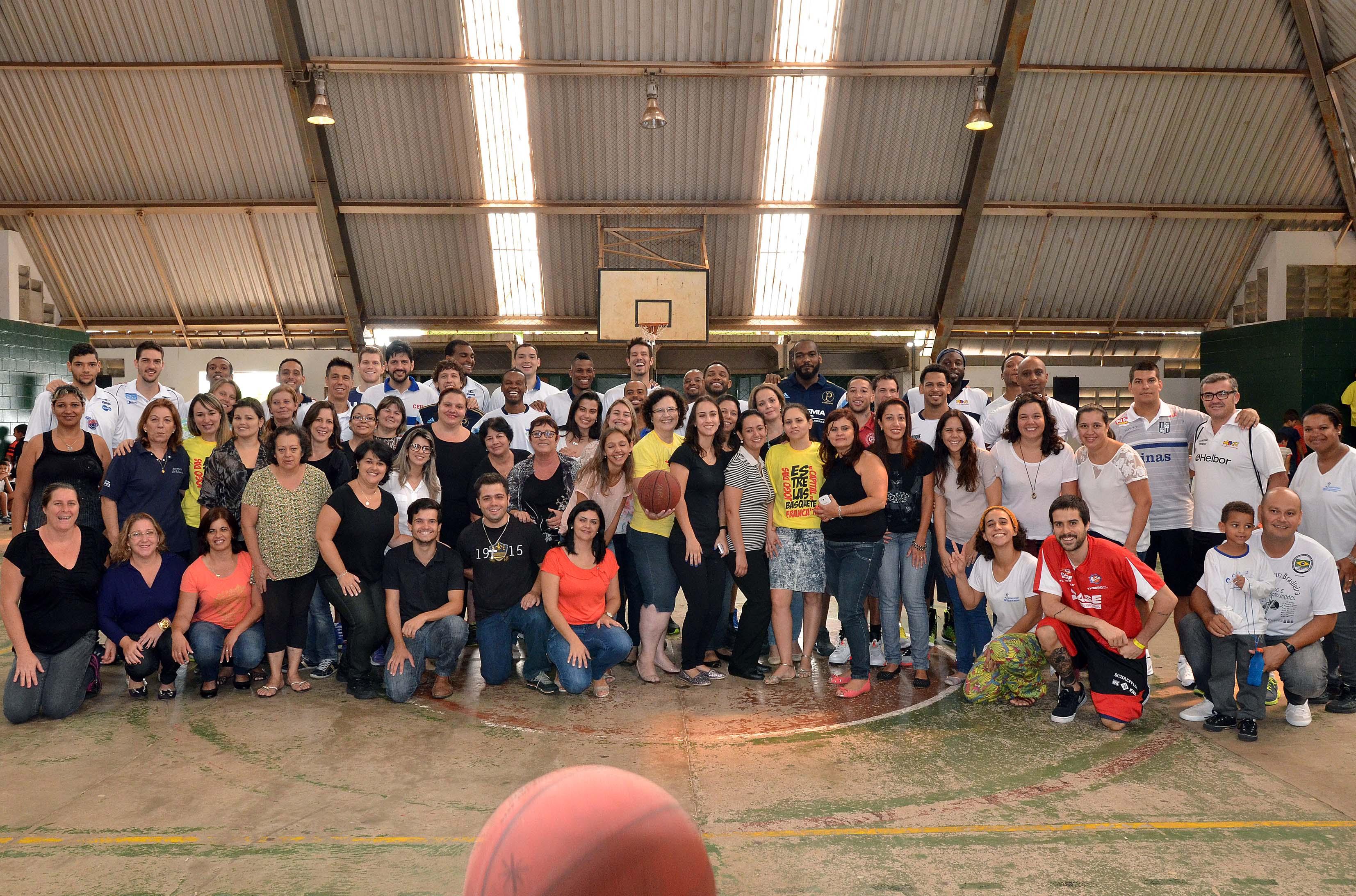 Atletas e professores da Escola CAIC