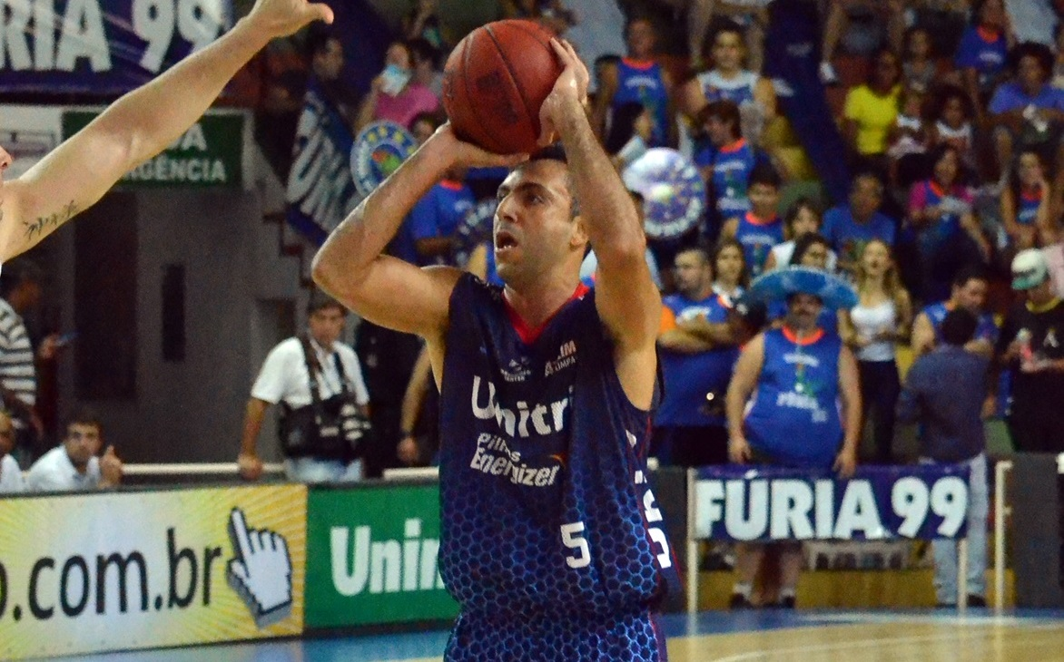 O armador Hélio teve atuação importante no último quarto para a vitória do Uberlândia (Henrique Costa/Bauru Basket)