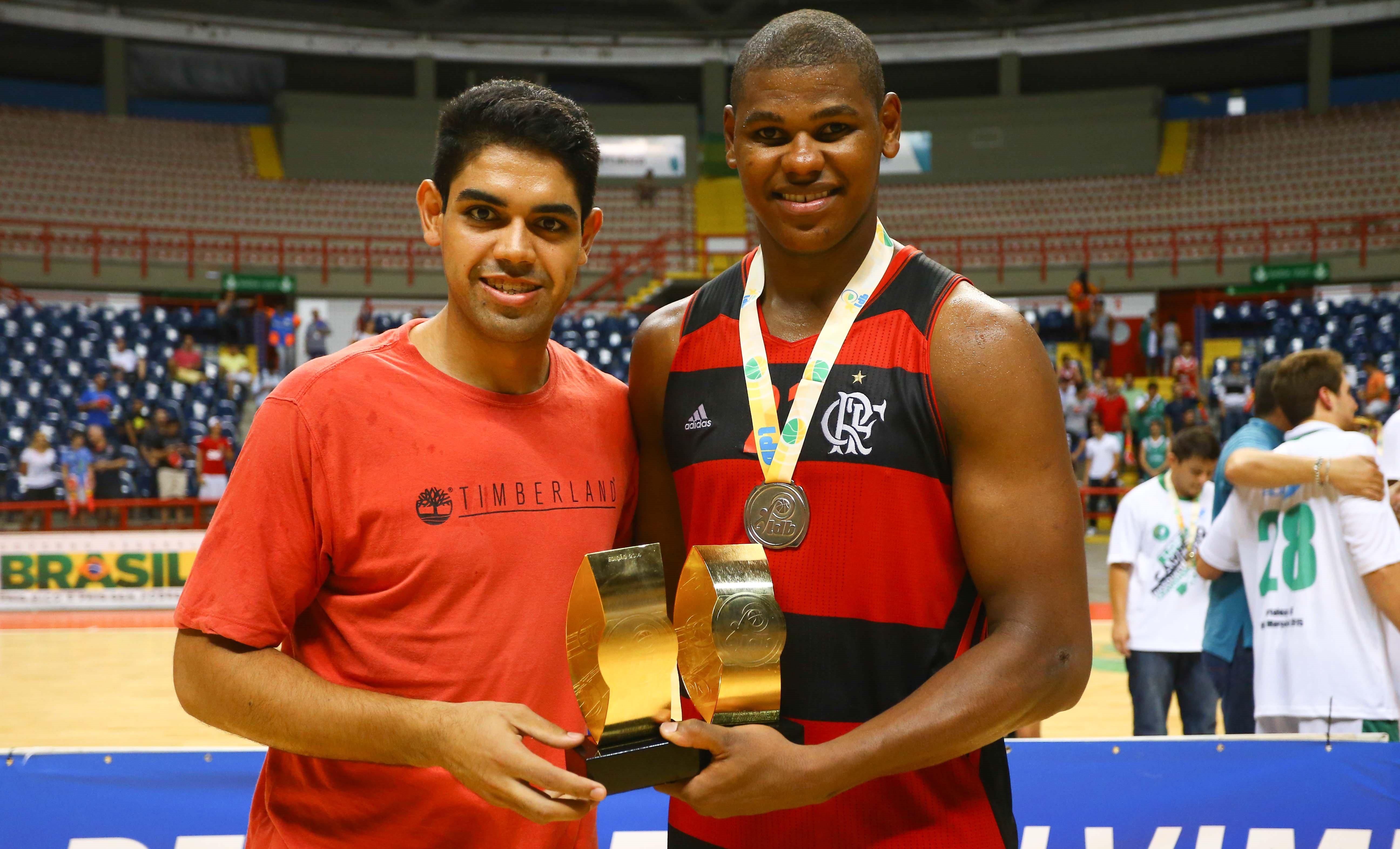 Das mãos de Andrézão, líder em eficiência da LDB 2012, Cristiano recebeu o mesmo prêmio este ano (Luiz Pires/LNB)