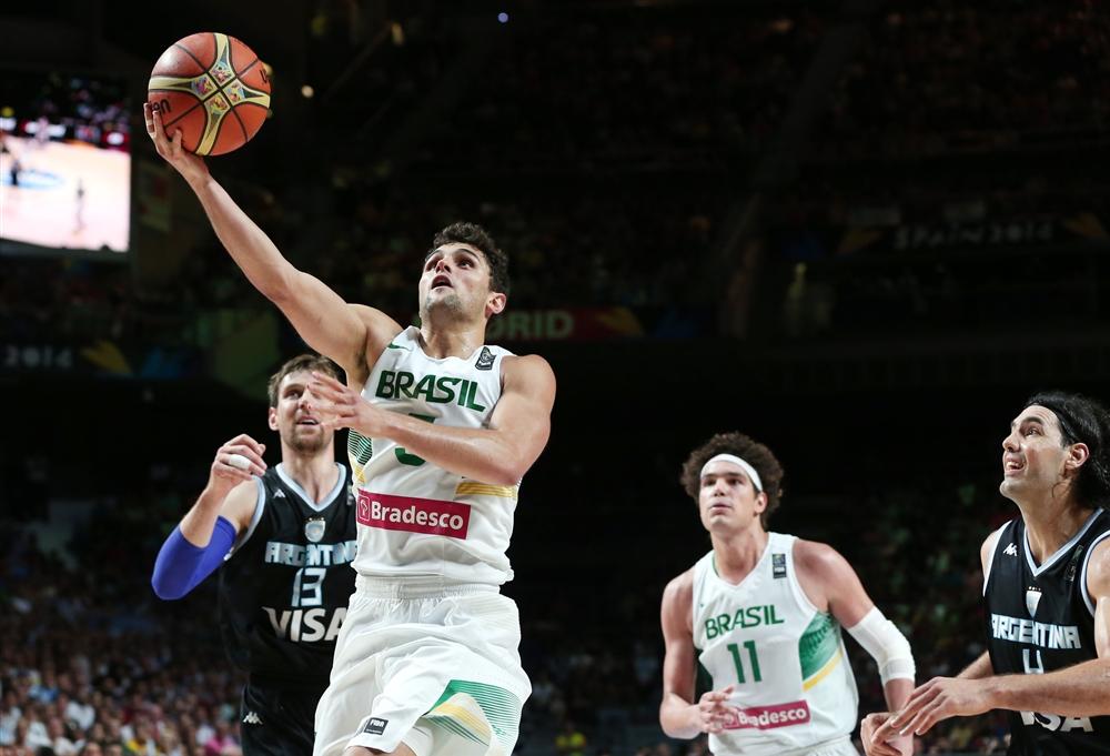Na Copa do Mundo 2014, Raulzinho brilhou na histórica vitória do Brasil sobre a rival Argentina nas oitavas (Divulgação/FIBA Américas)