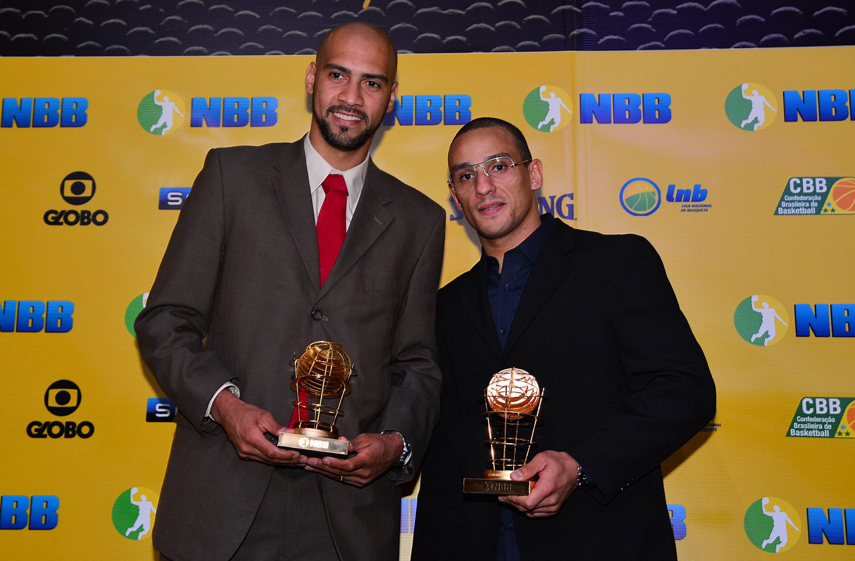 Marquinhos e Alex faturaram os prêmios de Melhor Ala do NBB pela quarta vez em suas carreiras (João Pires/LNB)