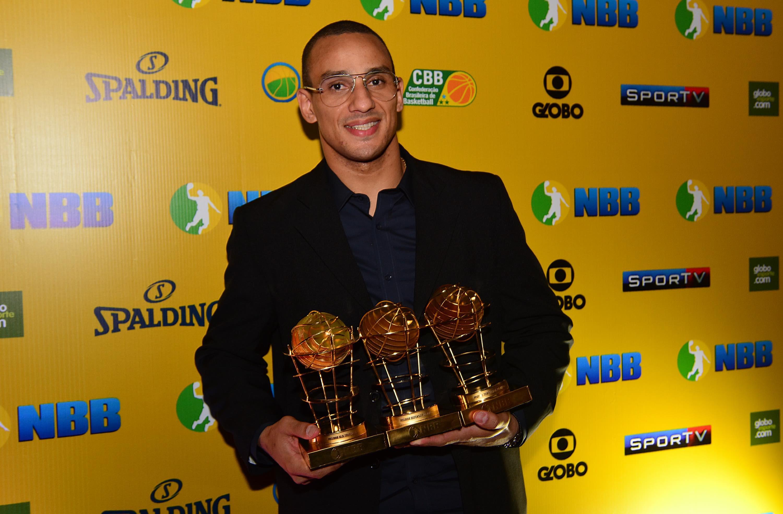 Alex conquistou o 7º título de Melhor Defensor, o 5º de Melhor Ala e o 1º de MVP (João Pires/LNB)