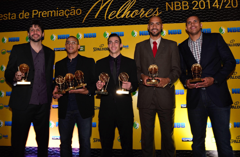Ricardo Fischer, Alex Garcia, Marquinhos, Guilherme Giovannoni e Rafael Hettsheimeir formam o Quinteto Ideal do NBB 7 (João Pires/LNB)