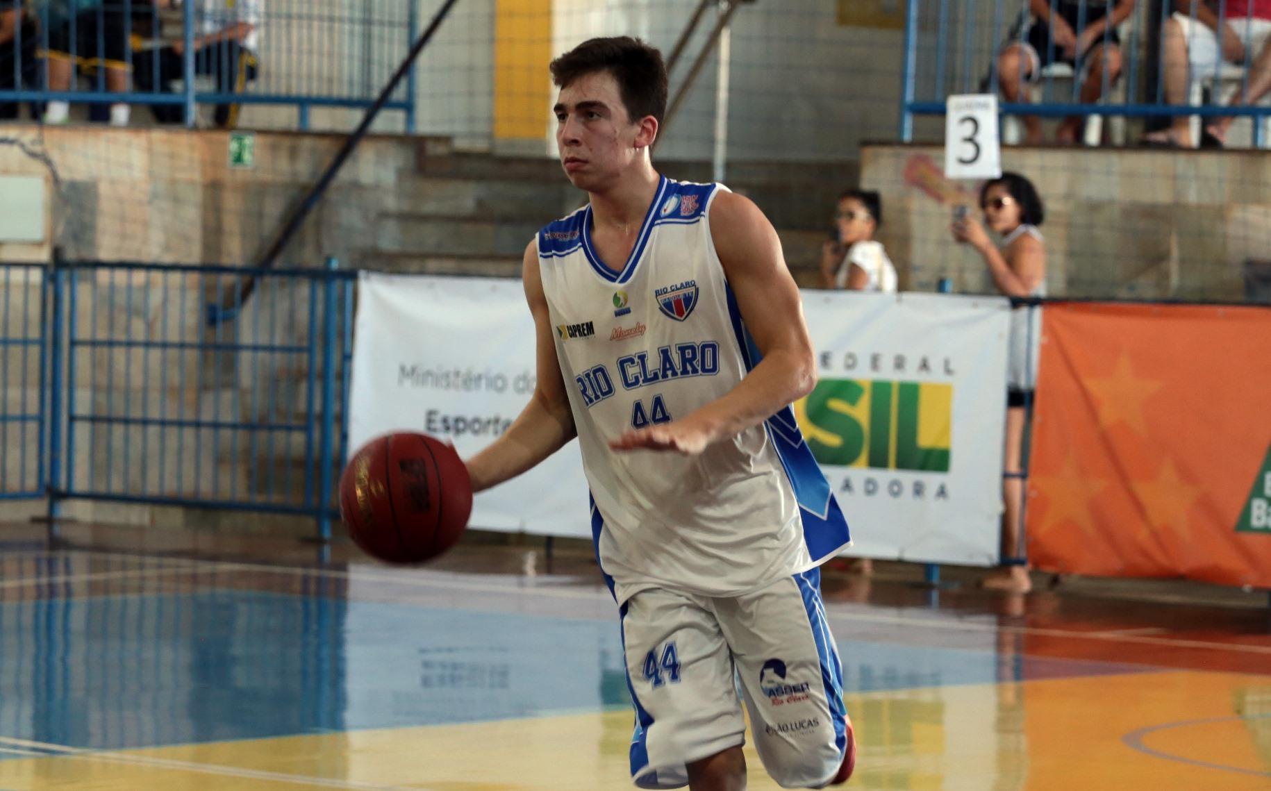 Rio Claro, do ala Assmann, manteve a invencibilidade na LDB ao vencer o Macaé (Raphael Oliveira/LNB)