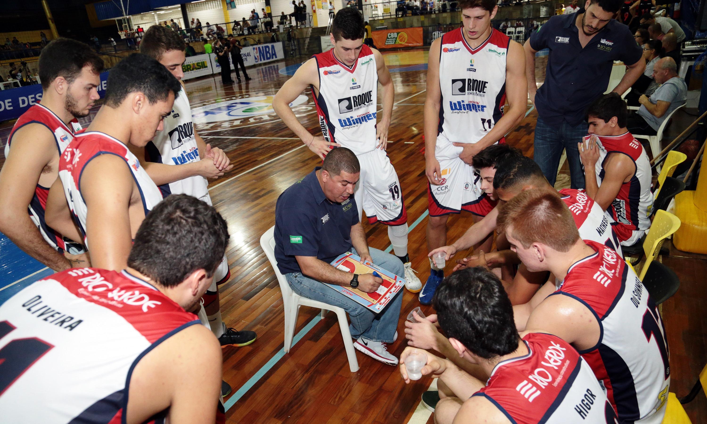 Equipe do técnico Jece Leite segue sem saber o que é perder na LDB 2015 (Raphael Oliveira/LNB)