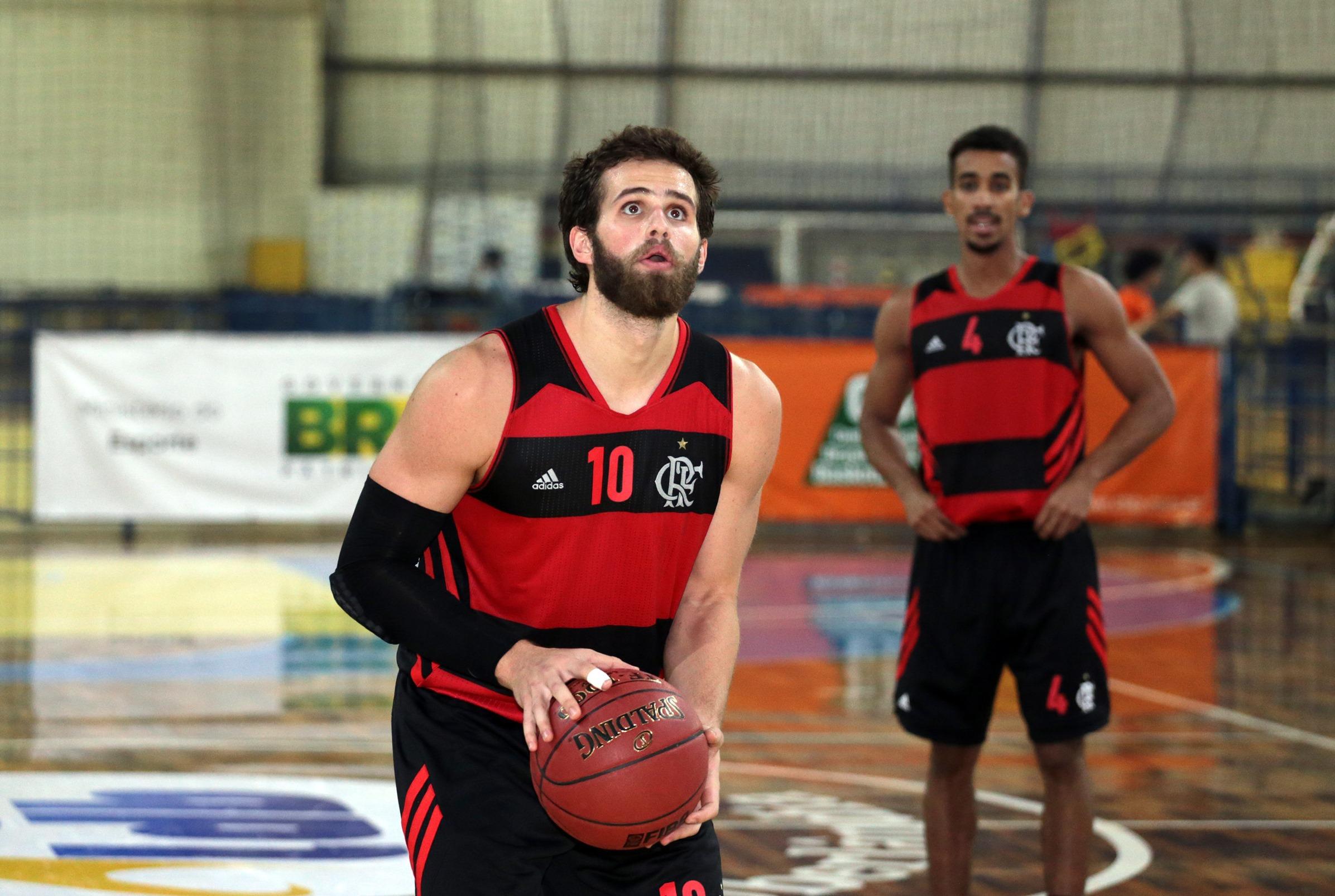 Com boa produção ofensiva do ala Rodrigo, o Flamengo bateu o Bauru e venceu pela primeira vez na LDB 2015 (Raphael Oliveira/LNB)