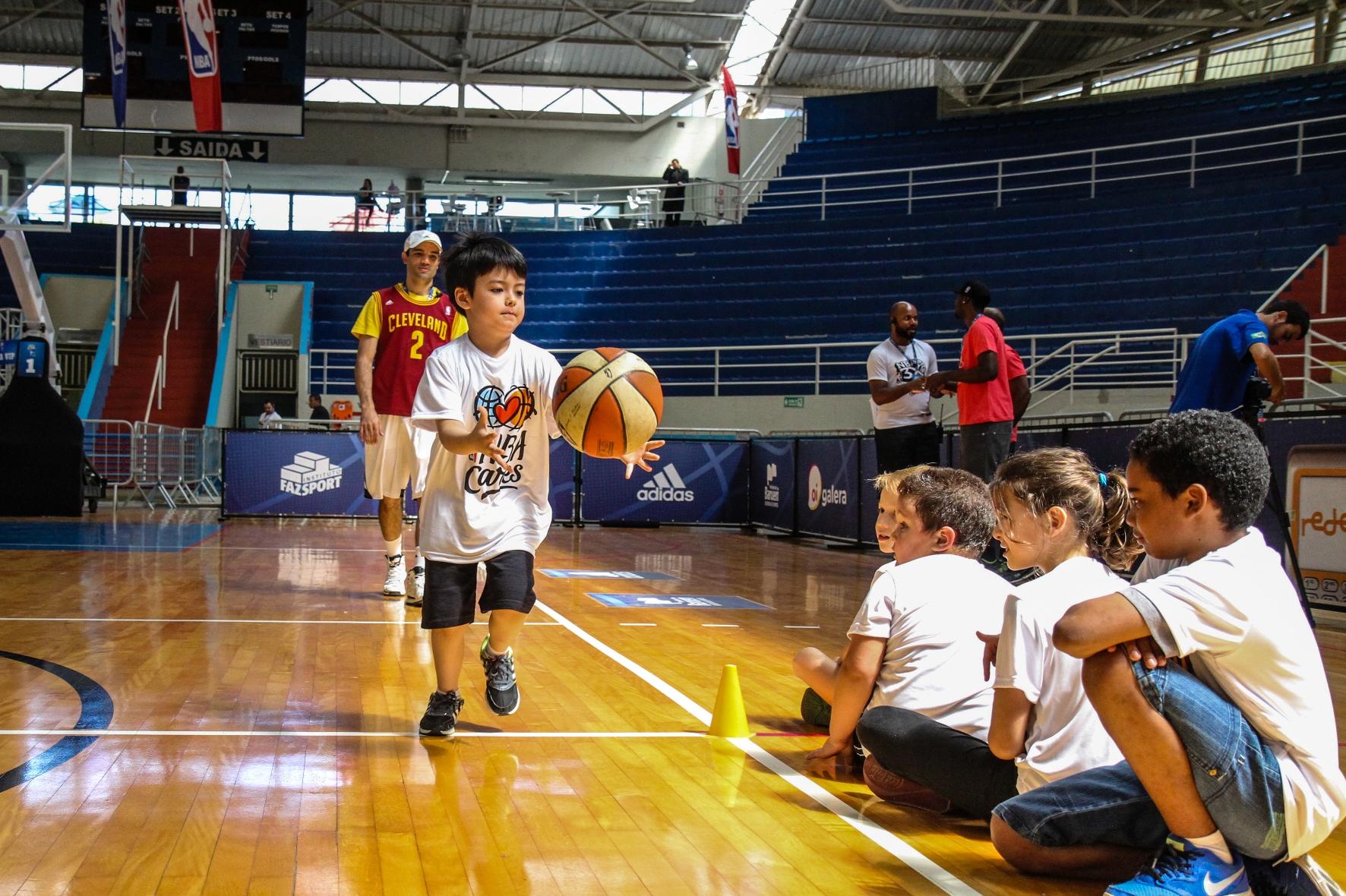 Garotos do projeto esportivo de Barueri participaram de clínica de basquete