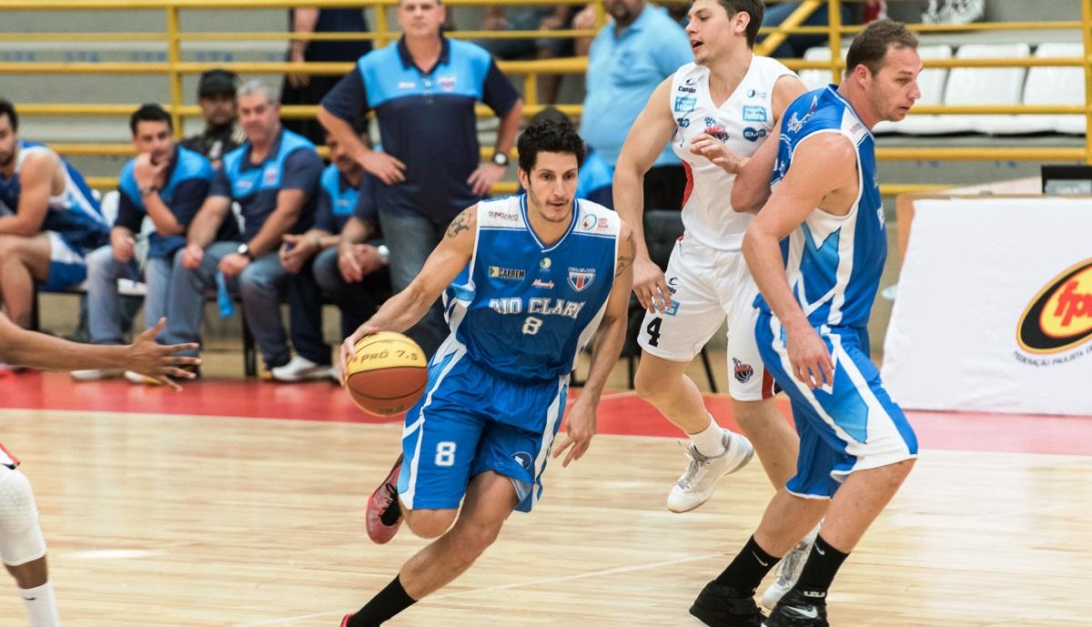 Rio Claro, do ala Dedé, venceu a quinta seguida e se isolou na ponta do Grupo A (Newton Nogueira/Divulgação)