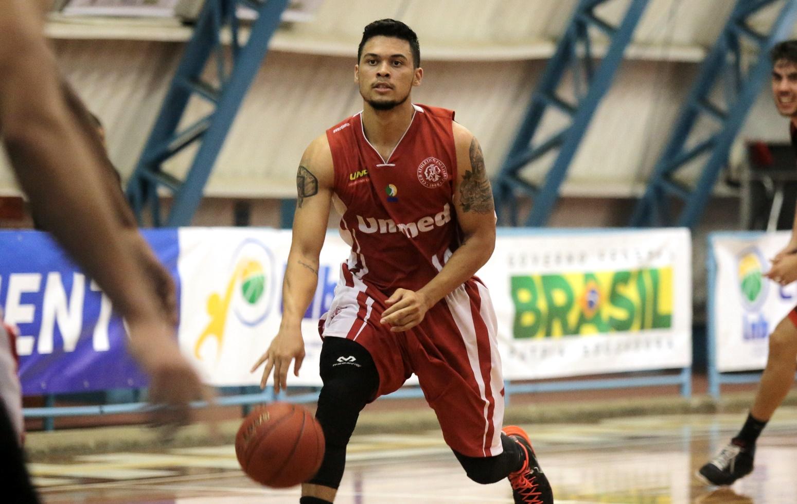 Com vitória nos quatro períodos, o Paulistano, do armador Arthur Pecos, venceu o Basquete Curitiba e fechou a 2ª etapa da LDB 2015 com vitória em todos os quatro jogos que disputou (João Neto/LNB)