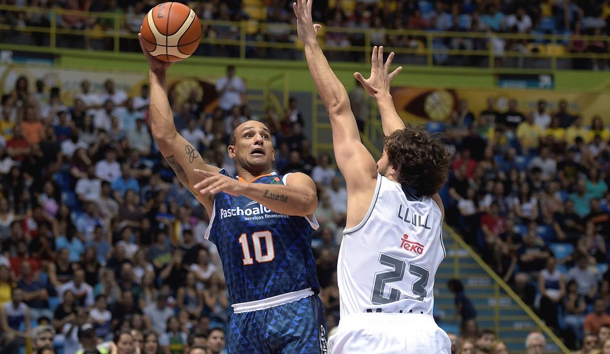 Bauru, do capitão Alex, venceu a primeira partida contra o Real Madrid (Gaspar Nóbrega/FIBA Américas)