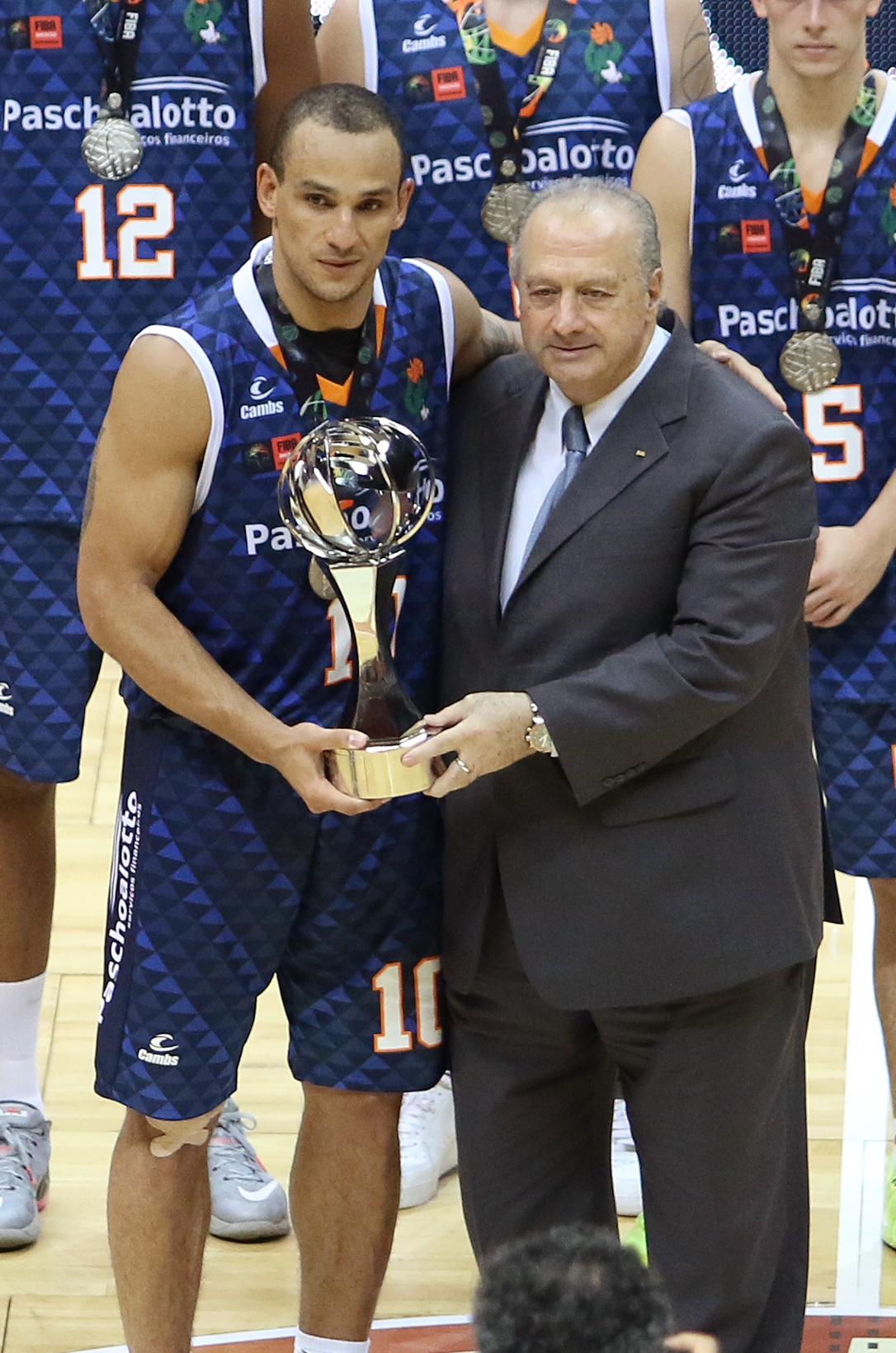 Alex Garcia levantou o troféu de vice-campeão Mundial da equipe bauruense (José Jiménez Tirado/FIBA Americas)