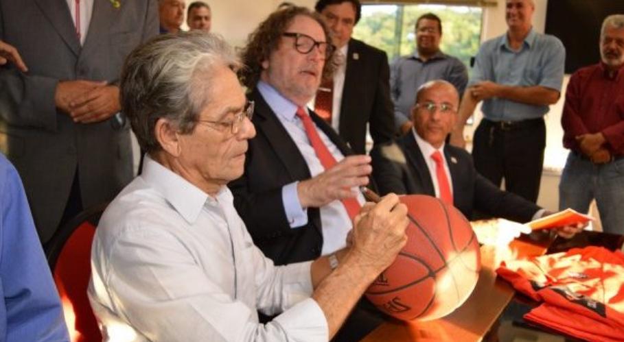 Presidente do Vitória firmou a parceria com o Grupo Universo durante evento nesta terça (Francisco Galvão/EC Vitória)
