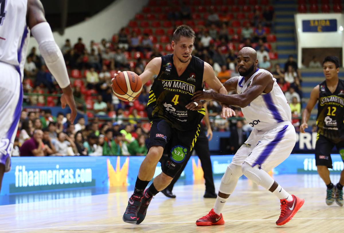 Em pleno Hugo Ramos, Mogi foi superado pelo San Martín, que ficou com a liderança do Grupo A com 100% de aproveitamento (Jose Jimenez Tirado/FIBA Américas)