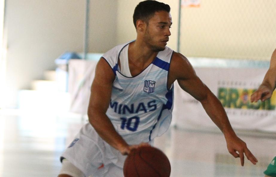 Minas, do armador Henrique Coelho, abriu 29 pontos no primeiro tempo e venceu com tranquilidade (Thiago Parmalat/LNB)