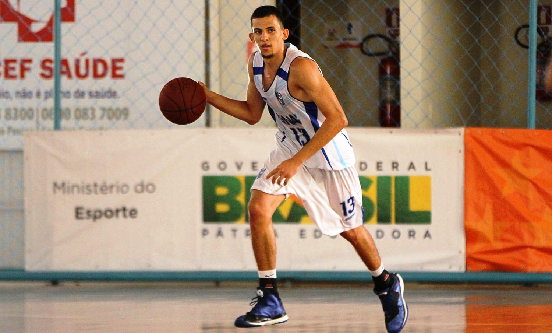 Com boa atuação de Rafa Oliveira, Minas venceu mais uma e garantiu sua vaga na segunda fase (Thiago Parmalat/LNB)